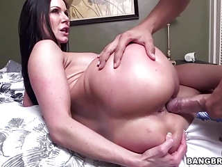 Round ass MILF Kendra Lust gets fucked