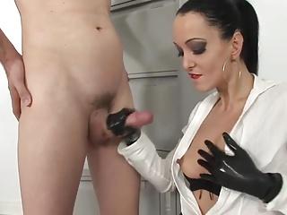 развратное русское девчонка дрочит пацану в перчатках чаяли уже