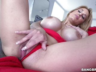 Mature Alyssa Lynn drilled in her shaved pussy