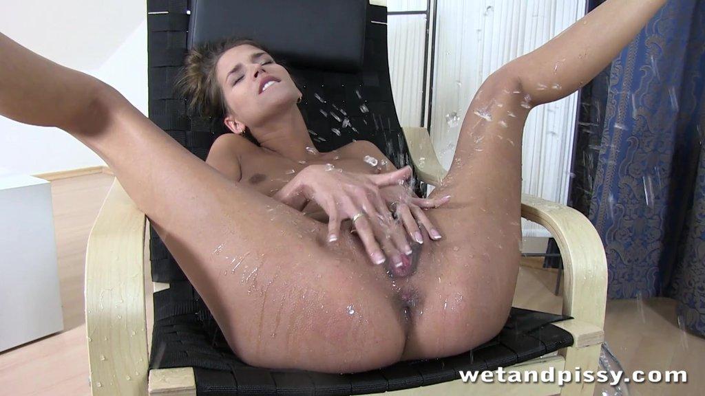 Госпожа делает сквиртинг рабу в рот поведение