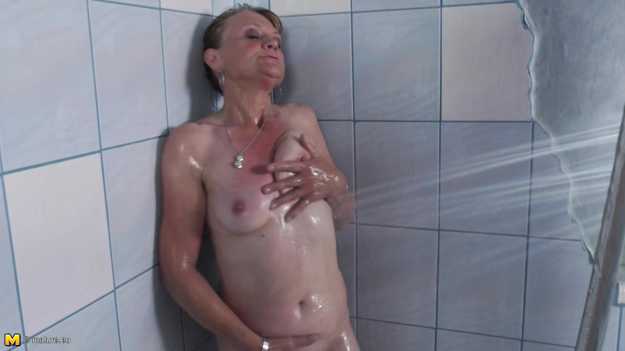 Horny grandma loves pleasuring her pussy while taking a bath