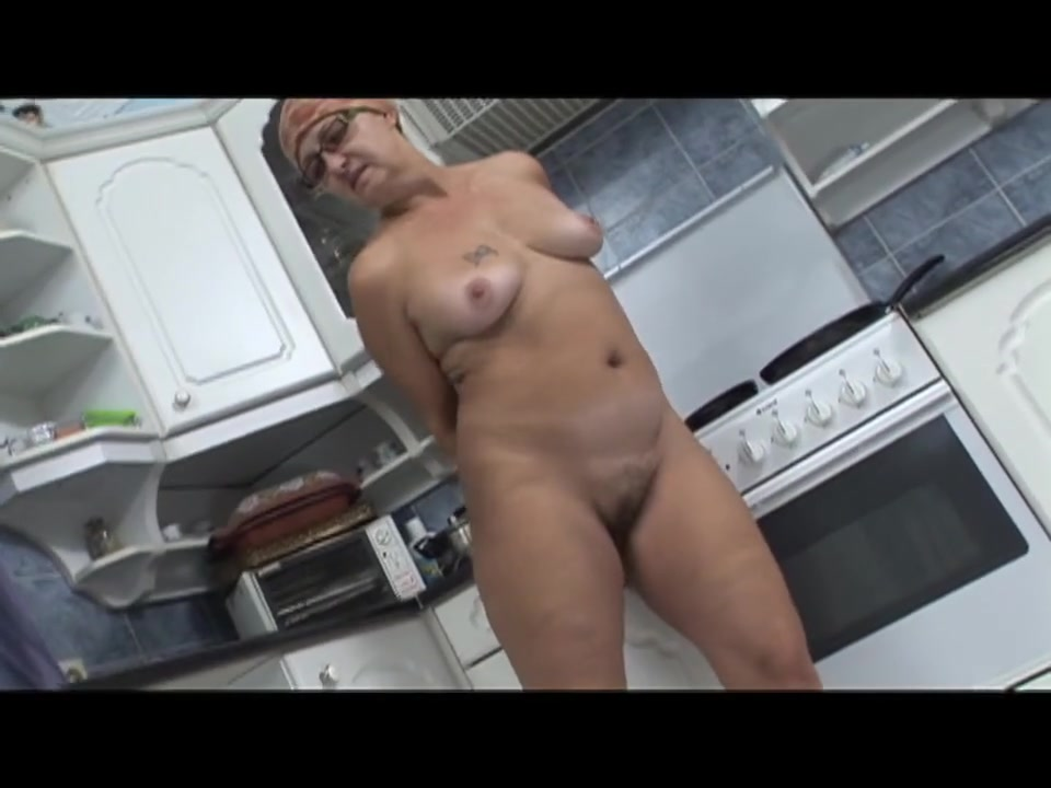 Mature babe Ela fingering her twat and fucking in her kitchen