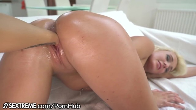 21Sextreme Lesbians Taking the Whole Fist