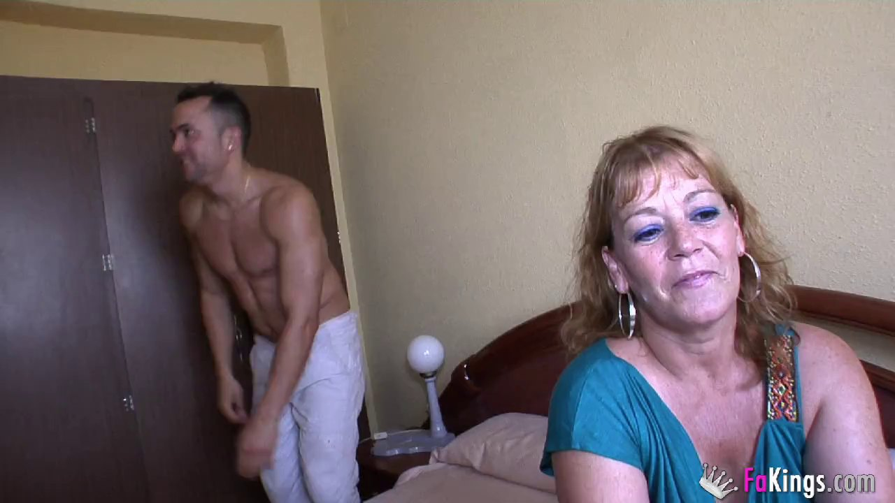 Mature sex queen wants to be penetrated by a fat soldier