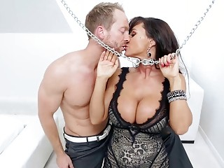 Kinky bitch Lisa Ann is ready for sweet pussy pounding
